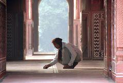Mann kniet im Palast Indien ca-15-col