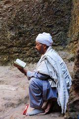 Mann liest in Bibel...