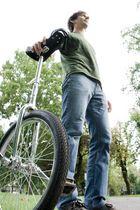 Mann mit Einrad