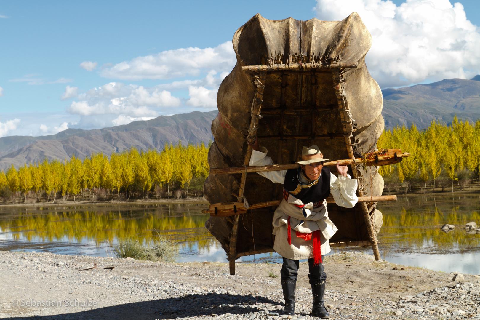 Mann mit Yakboot am Yarlung Tsangpo