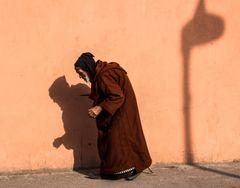 Mann vor Mauer M-03 maroc