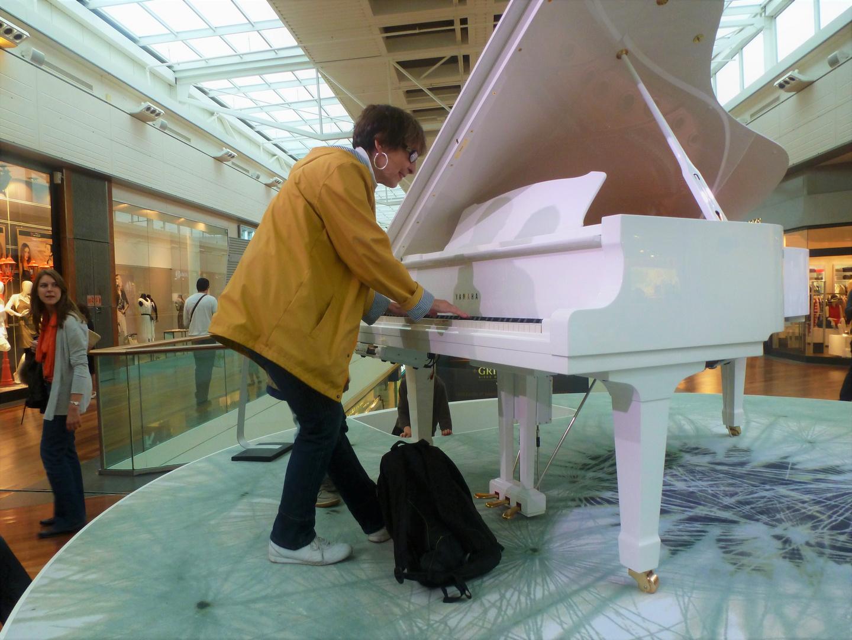 Manouchette joue du piano