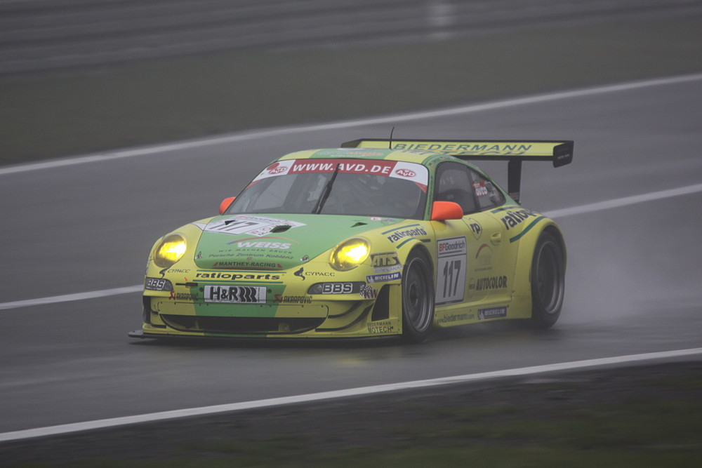 Manthey Racing naht aus dem Nebel