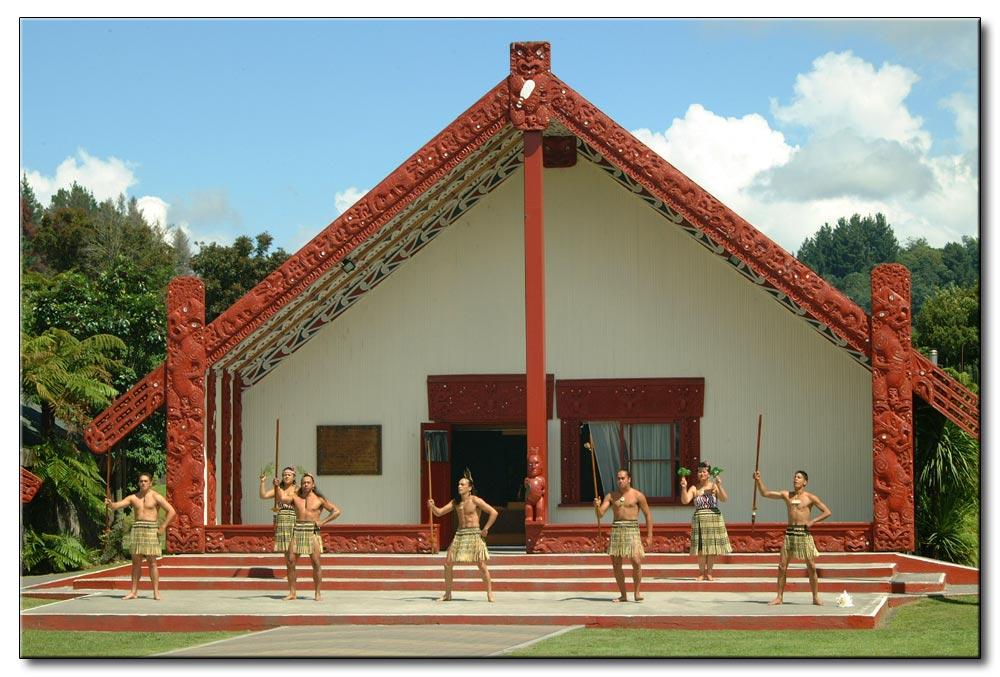 Maoristreiter vor dem Haus