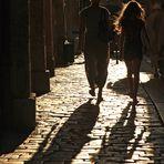 Marchant avec ses propres ombres