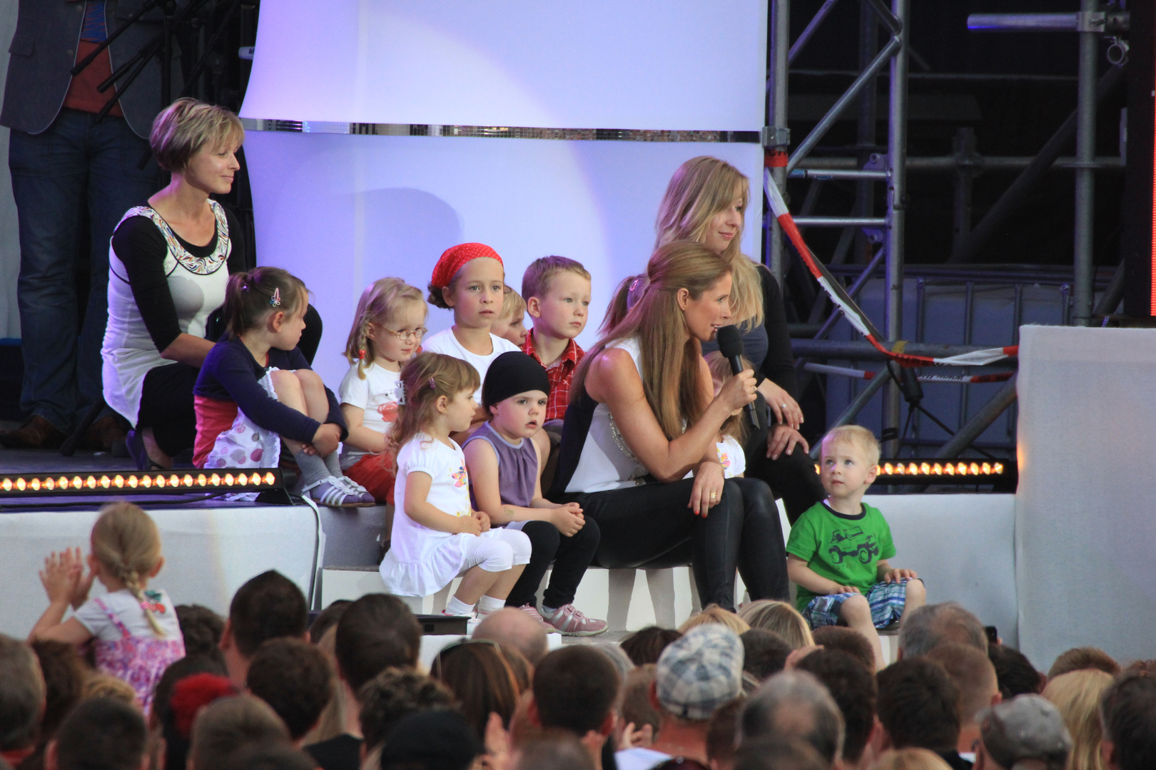 Mareile Höppner mit Kindergartenkindern