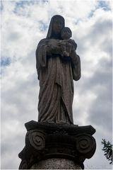 Mariensäule auf der Grabstätte von Anna Büttner auf dem Berg des Sankt-Matthias-Friedhofs