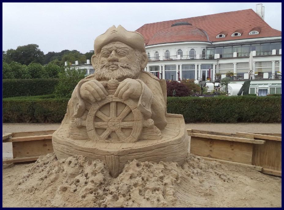 Maritime Sand-Skulptur vorm Atlantic, passt. ;)