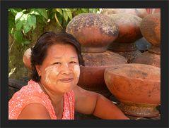 Marktfrau mit Töpfen