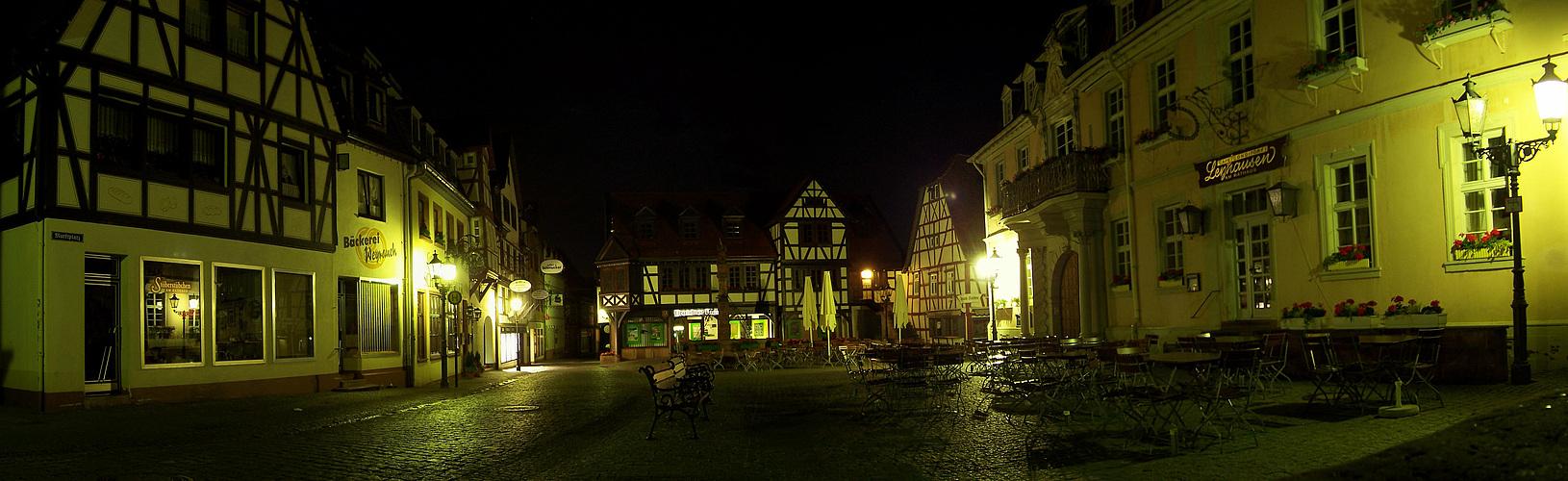 Marktplatz von Michelstadt im Odenwald bei Nacht