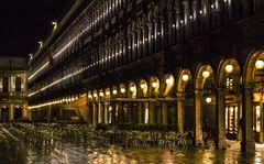 Markusplatz:  nachts, nach dem Regen