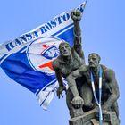 Marode Bronzeplastik mit FC Hansa Fahne