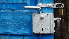 marodes Blau - hinter Schloß und Riegel