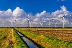 Marschland mit Windkraftanlagen, Nordfriesland