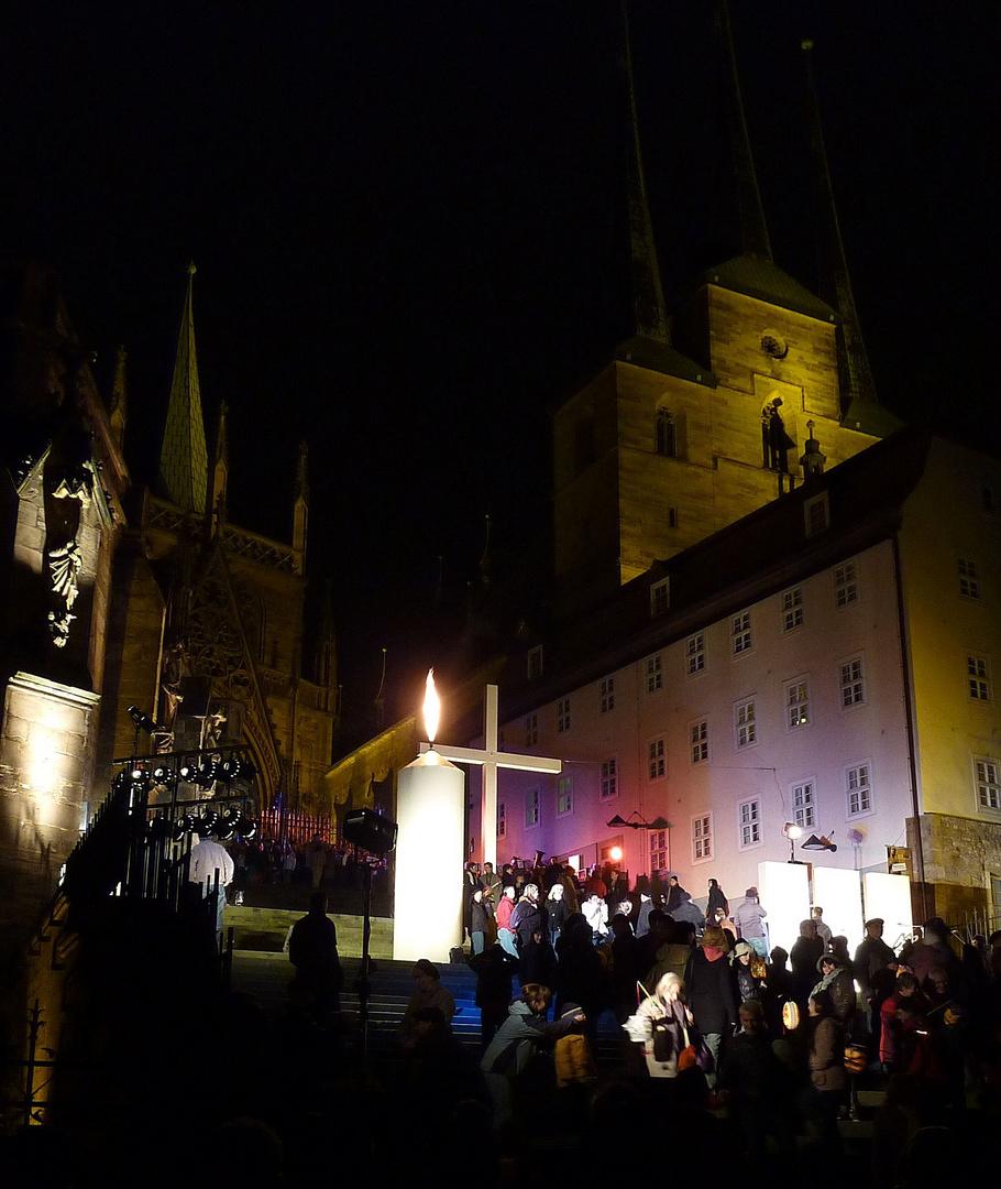 Martinsfeier mit riesiger Kerze vor dem Erfurter Dom