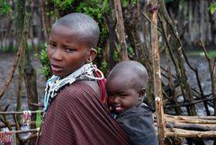 Masaifrau mit Kind