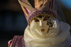 Maske im Abendlicht