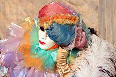 Maske mit Tüllkragen