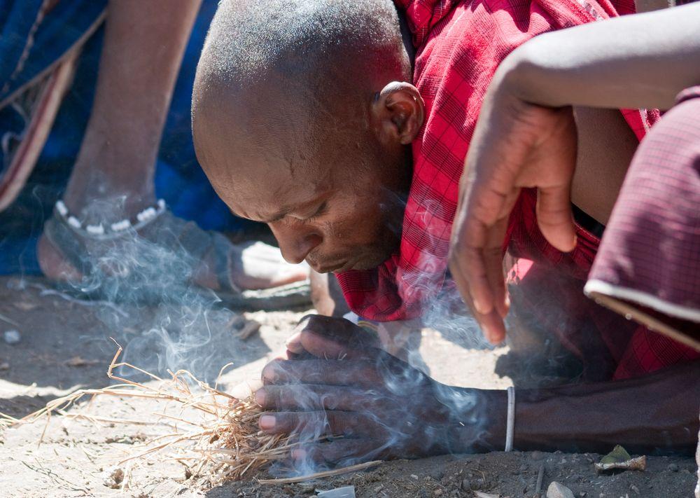 Massai macht Feuer