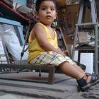 Matías, de 1 año, fascinado en su encuentro con un ambiente de taller.