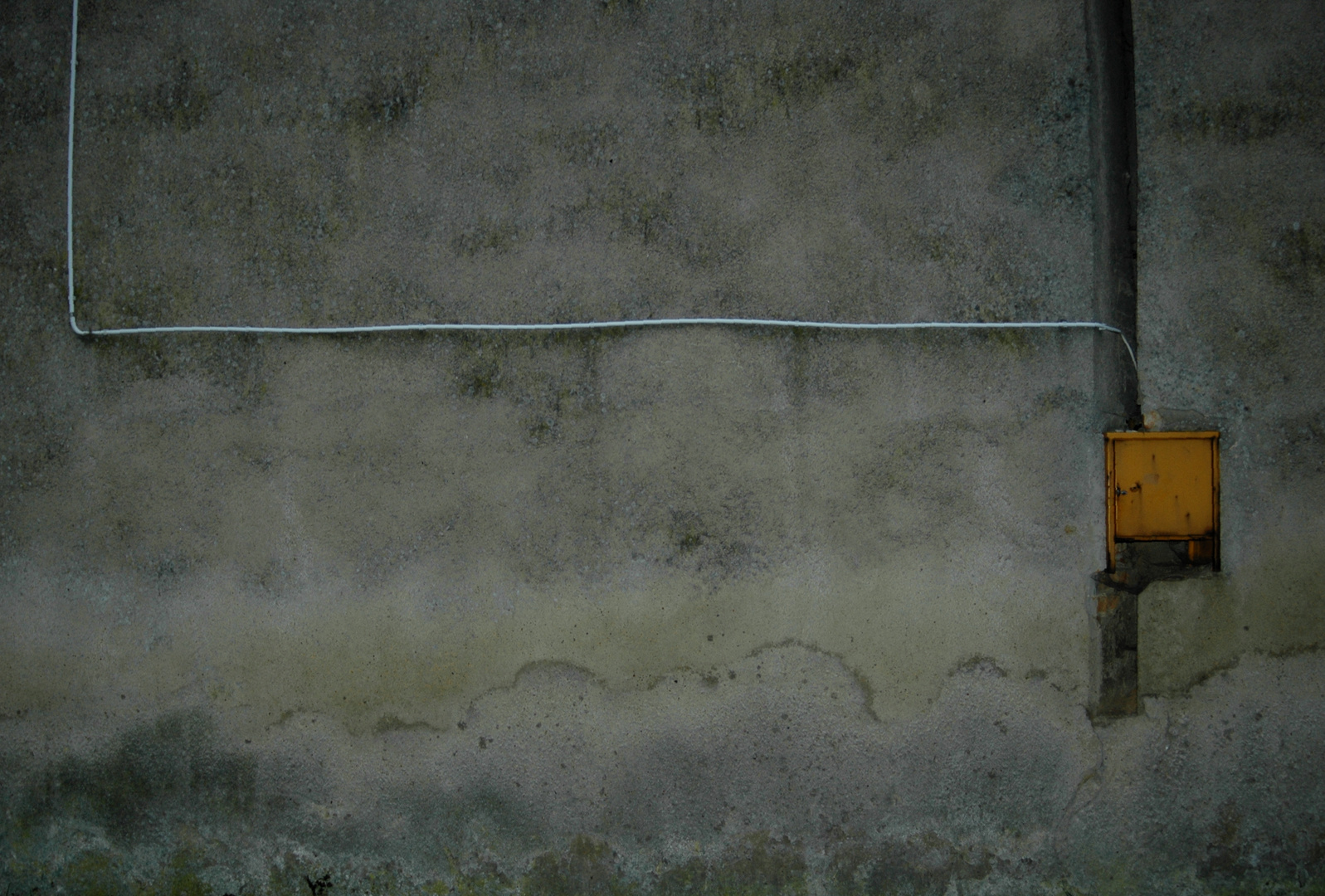 Mauer mit Kasten