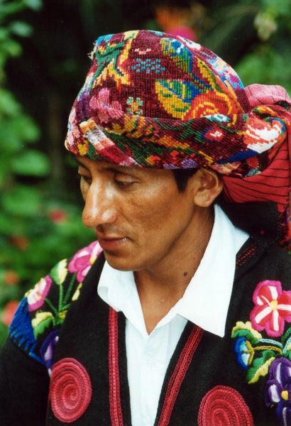 Maya in Trachten