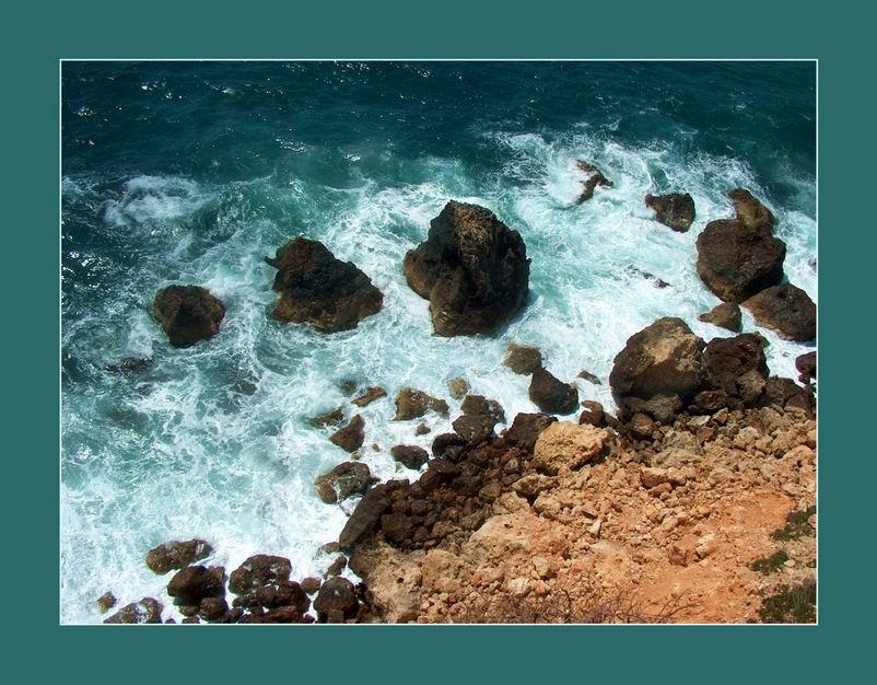 Meeresbrandung und Felsenküste