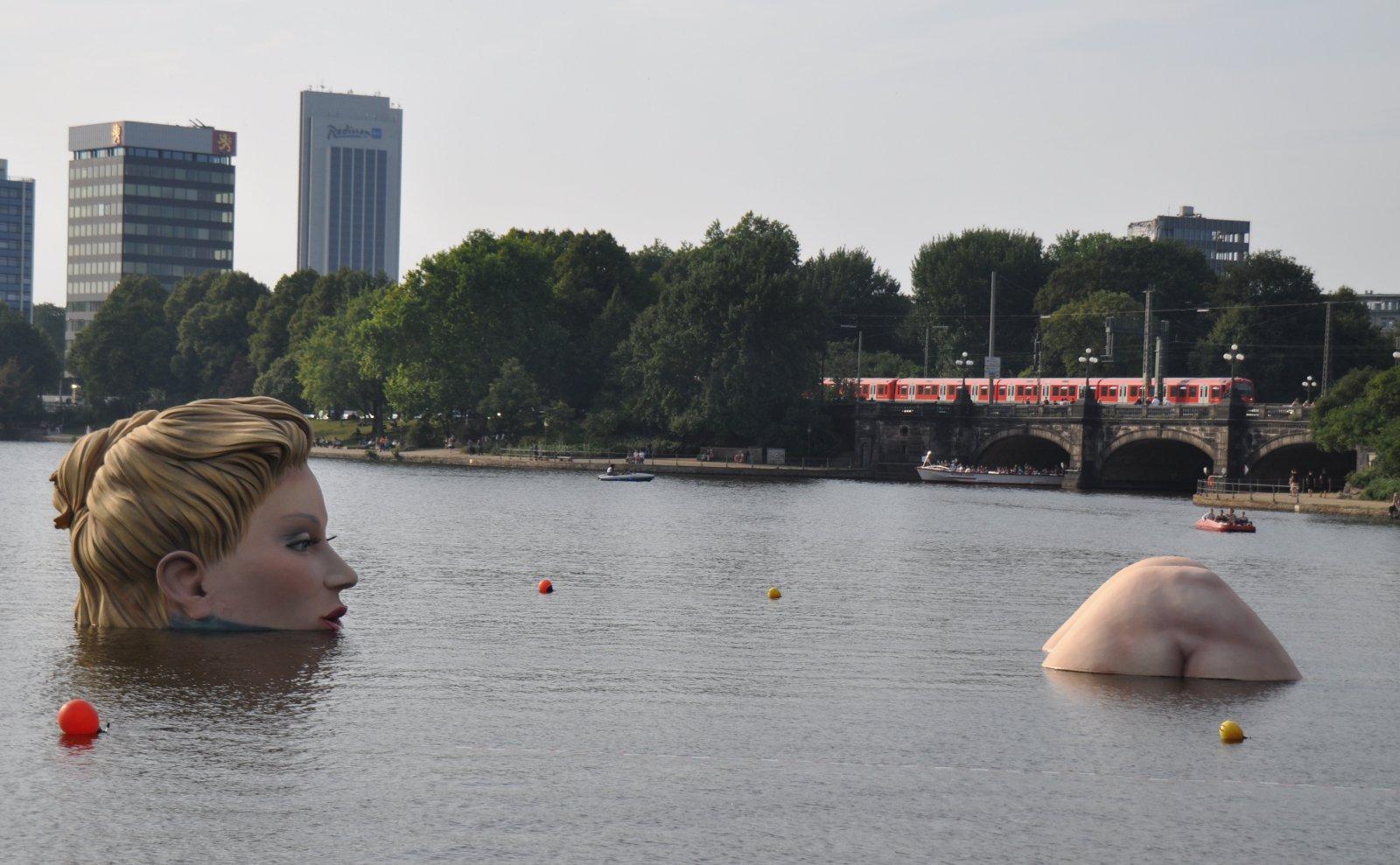 Meerjungfrau vor Hamburgs Kulisse