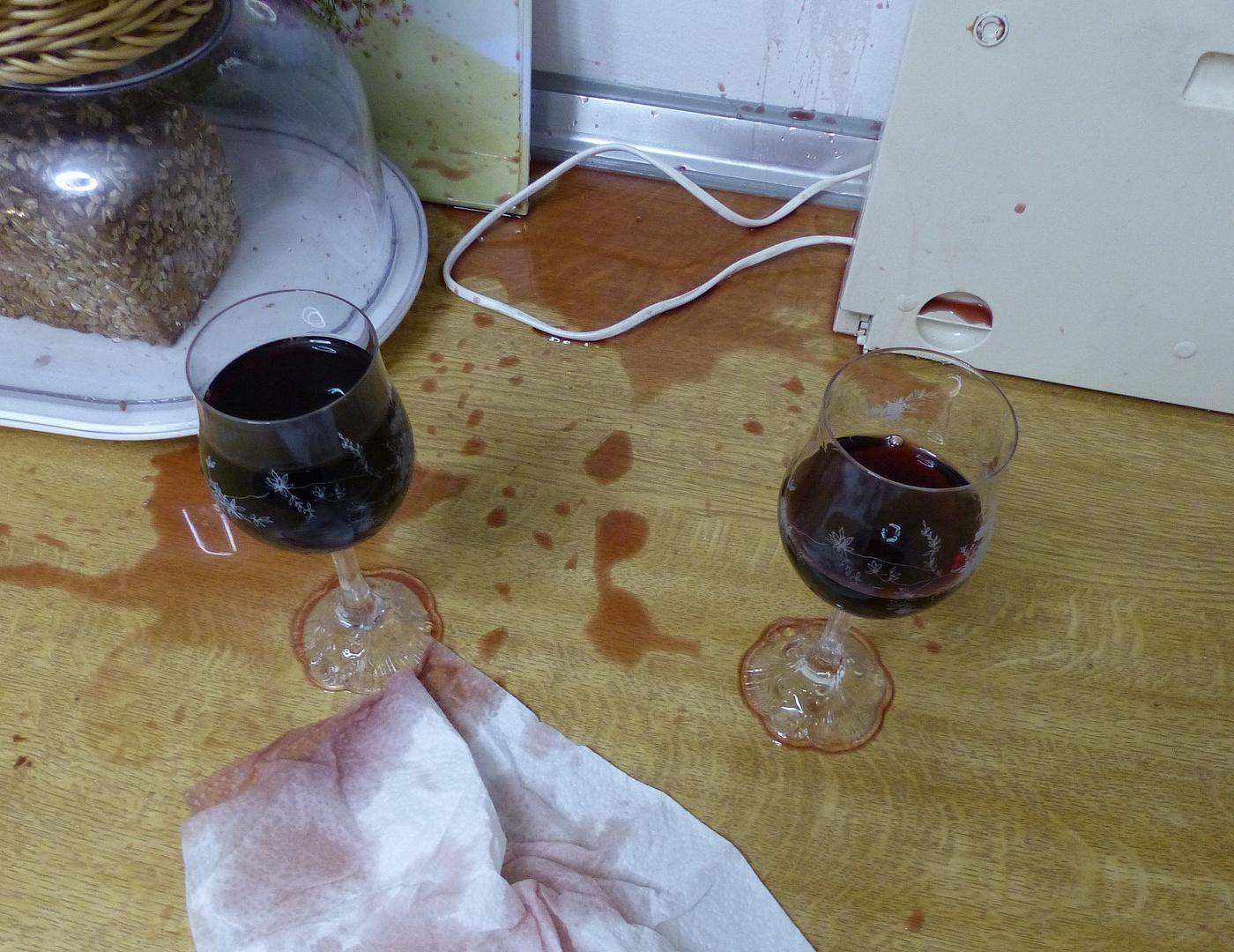 Mein erster Versuch zwei Gläser mit Portwein zu füllen:-(((