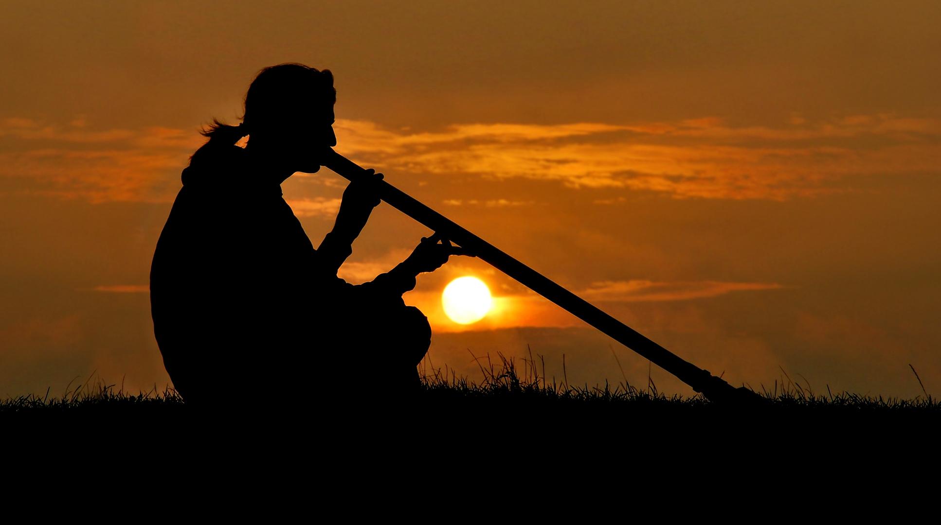 Mein Mann Beim Didgeridoo Spielen Auf Fehmarn Foto Bild