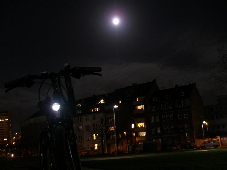 mein Radel strahlt mit dem Mond um die Wette