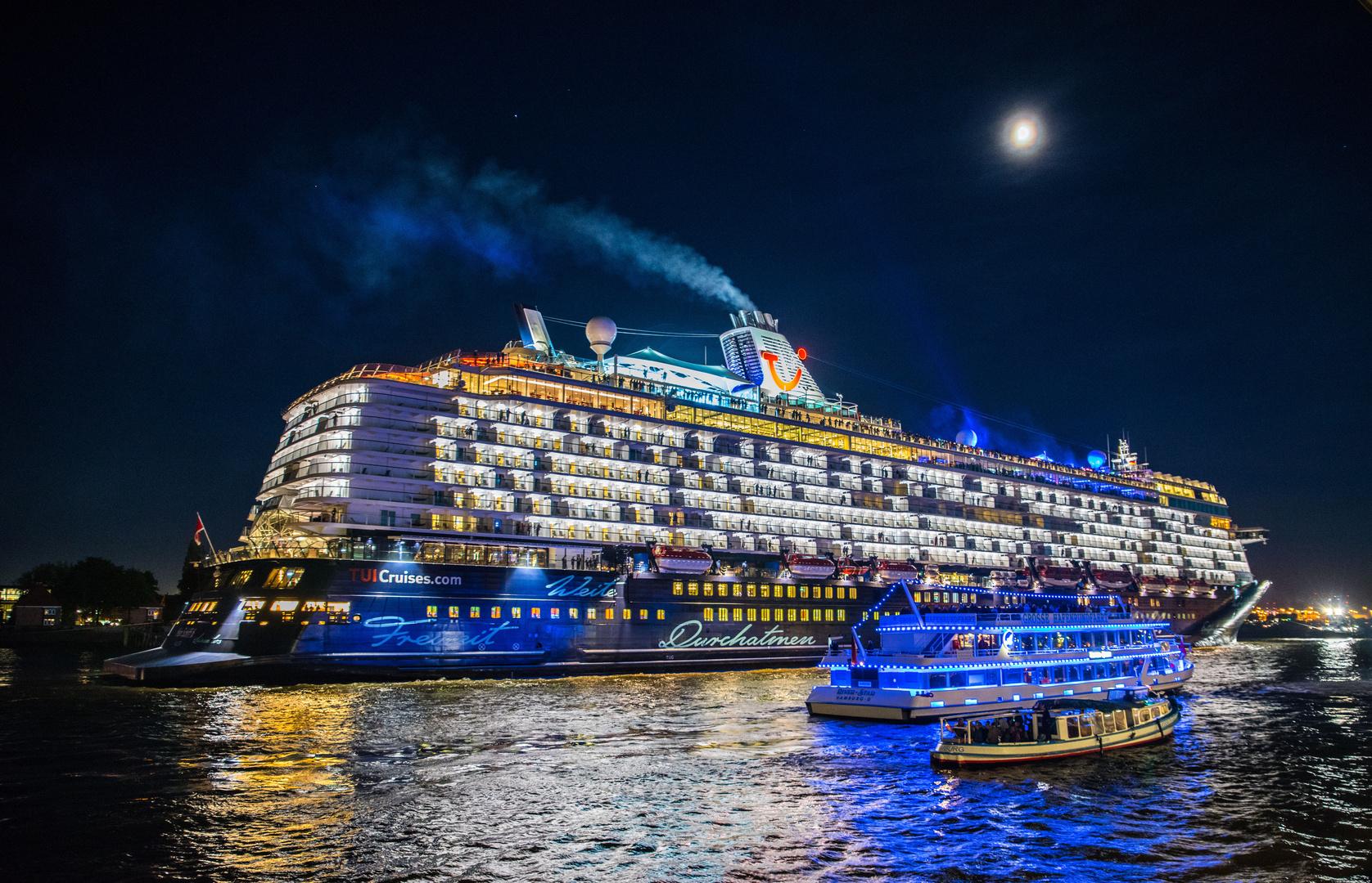 """Résultat de recherche d'images pour """"navi da crociera di notte"""""""