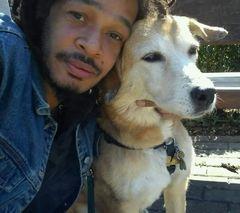 Mein Sohn mit seinem alten Hund Yaya (Handyfoto)