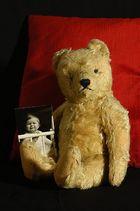 Mein Teddy und ich in dem Alter, als ich ihn geschenkt bekam