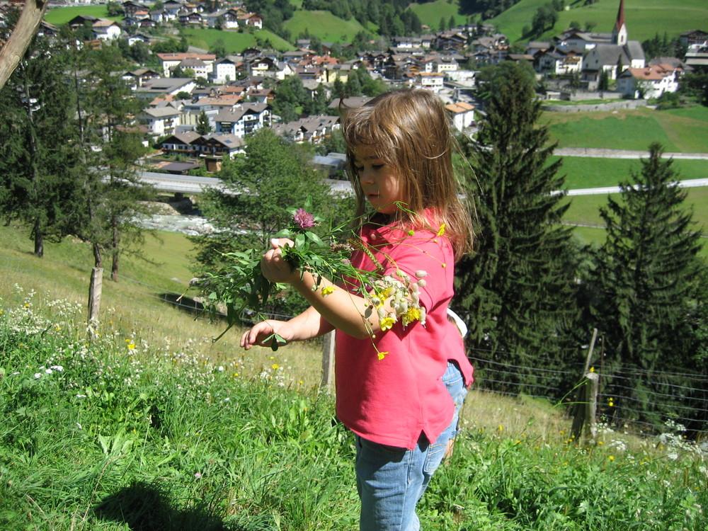 Meine kleine Annika beim Blumen pflücken.