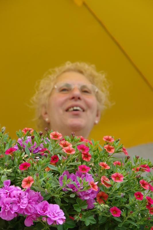 Meine Nona Caterina umgeben von Blumen