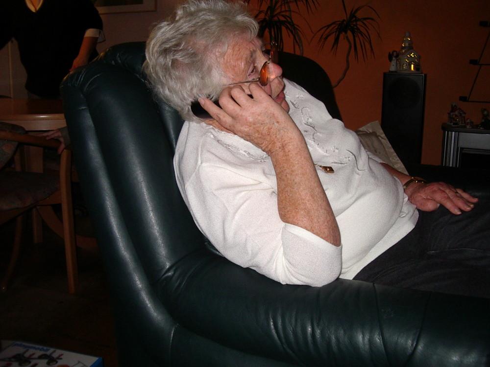 Meine Oma telefoniert