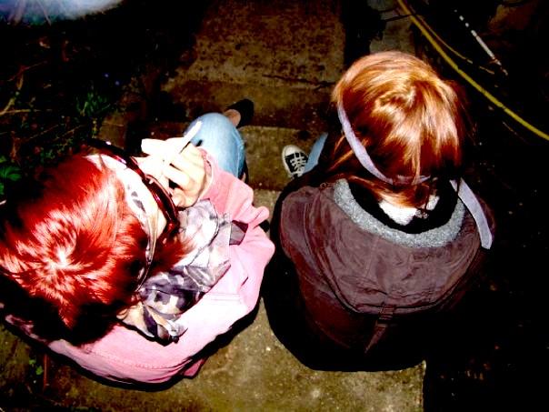 Melanie & Romane sur les marches.
