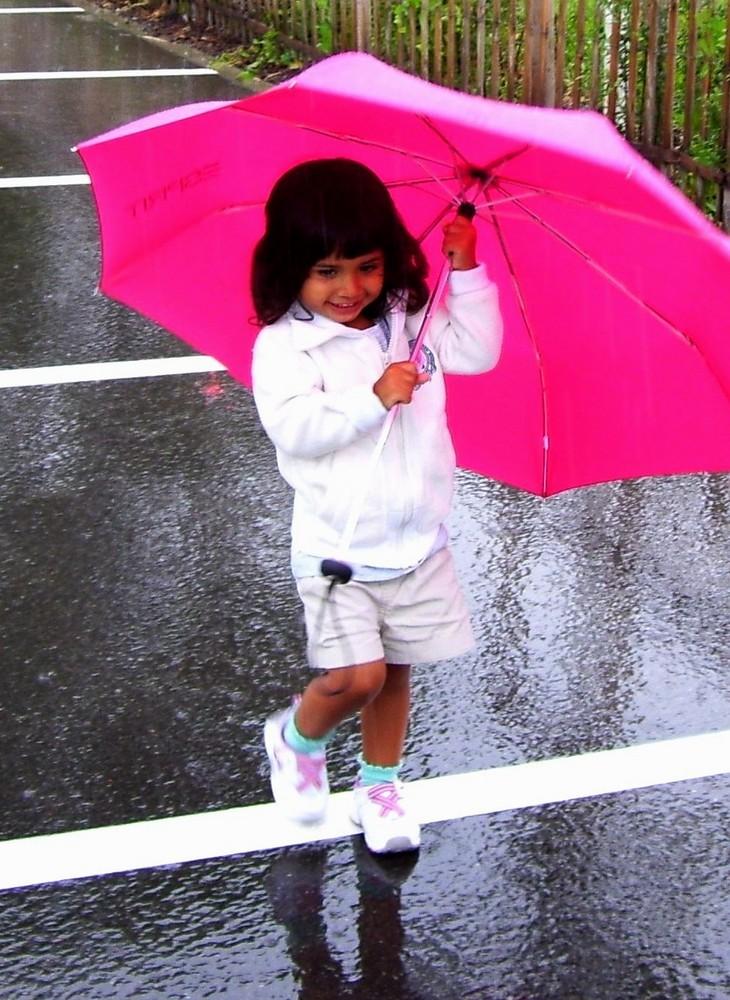 Melissa, 2 Jahre, im Regen