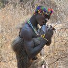 MEMORIAS DE AFRICA -CAZADOR HADZABE CON PALOMA -TANZANIA
