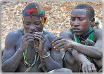 MEMORIAS DE AFRICA-LOS HADZABES -REPARTIENDOSE COMIDA