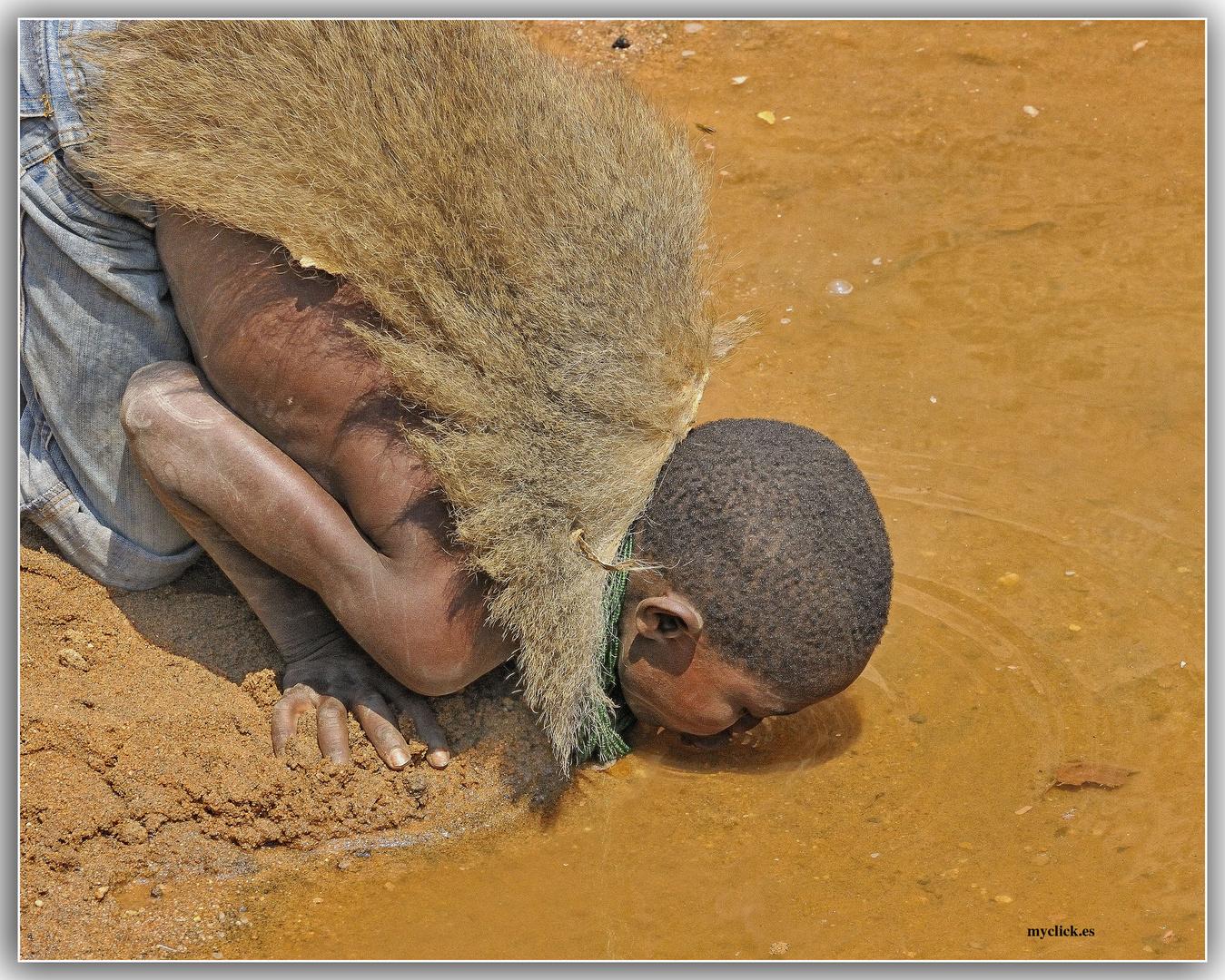MEMORIAS DE AFRICA- LOS HADZABES TOMANDO AGUA