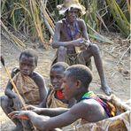 MEMORIAS DE AFRICA- LOS NIÑOS-HOMBRE-PREPARANDO LA CAZA -LOS HADZABES-EYASY