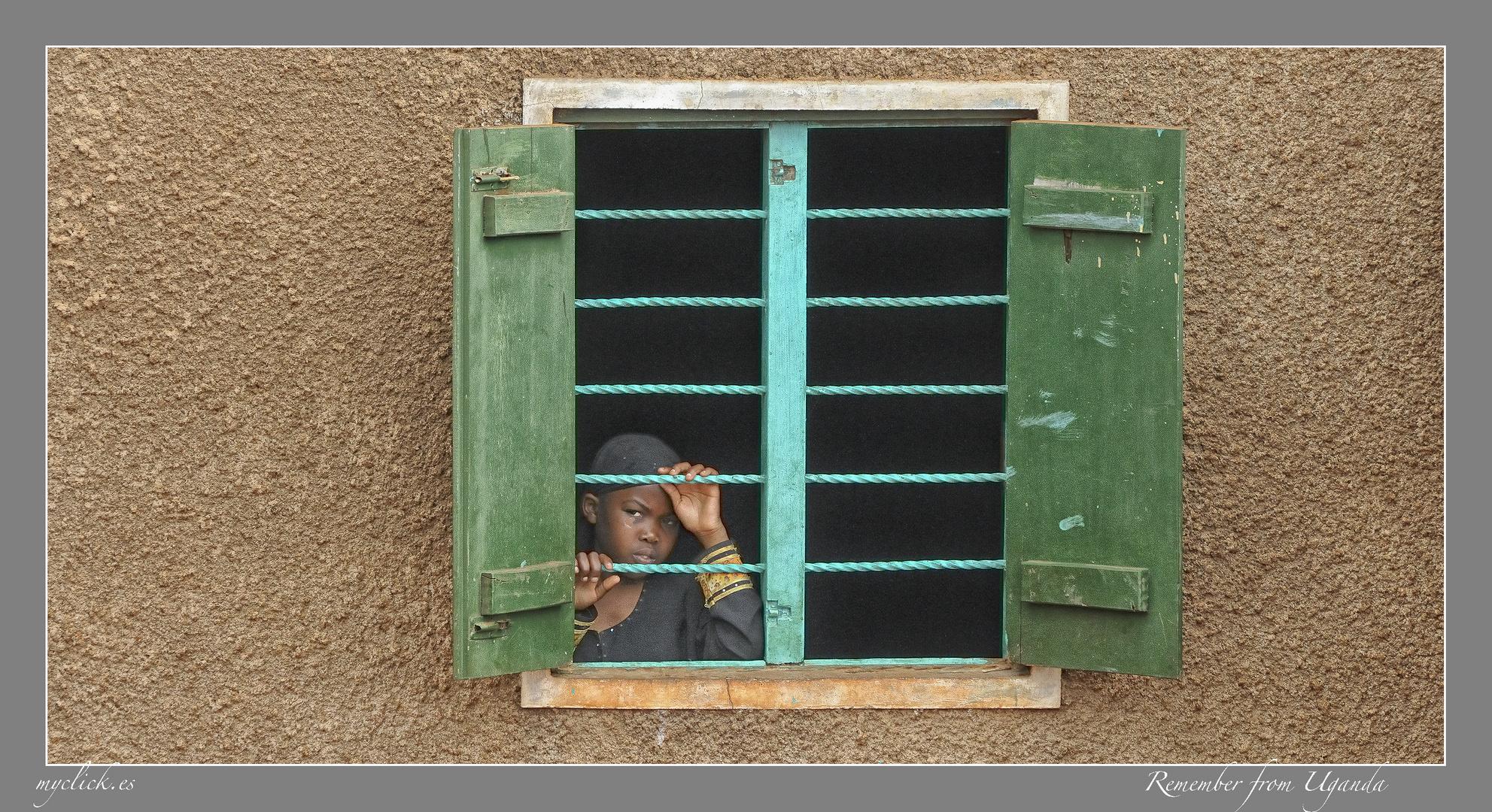 MEMORIAS DE AFRICA- NIÑA DETRAS DE SU VENTANA-UGANDA