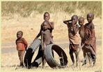 MEMORIAS DE AFRICA-NIÑOS HIMBA -QUE MAL HUELEN LOS QUE LLEGAN
