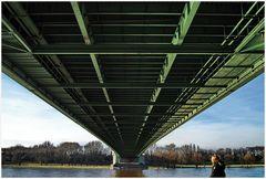 Mensch unter Brücke