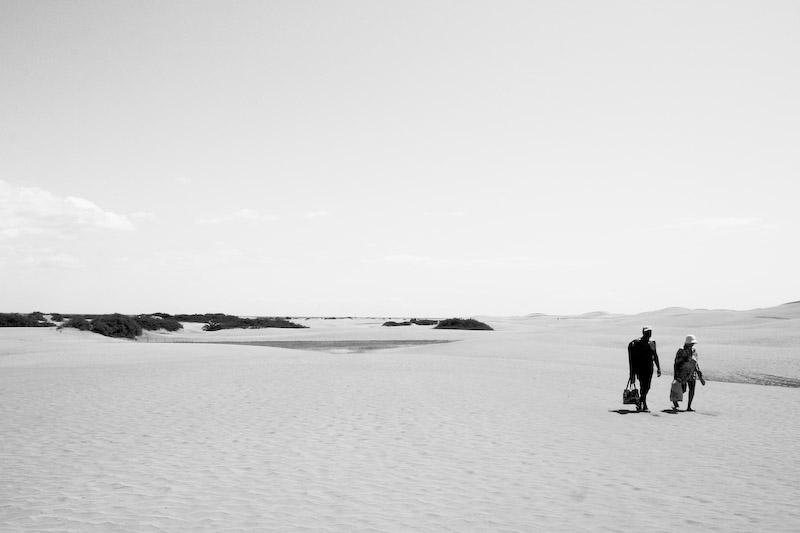 Menschen allein am Strand