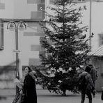 Menschen am Rande des kleinen Bad Canstatter Weihnachtsmarktes