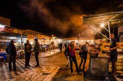 Menschen auf dem nächtlichen Fischmarkt von Agadir (Marokko)