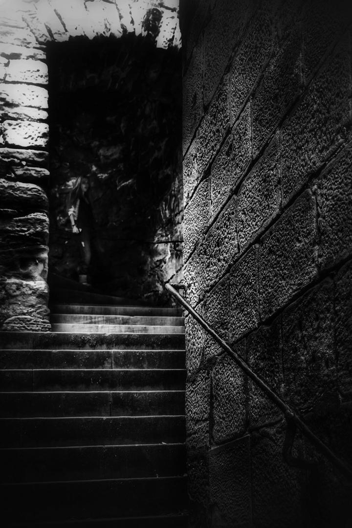 Menschen die Treppen herunterkommen........